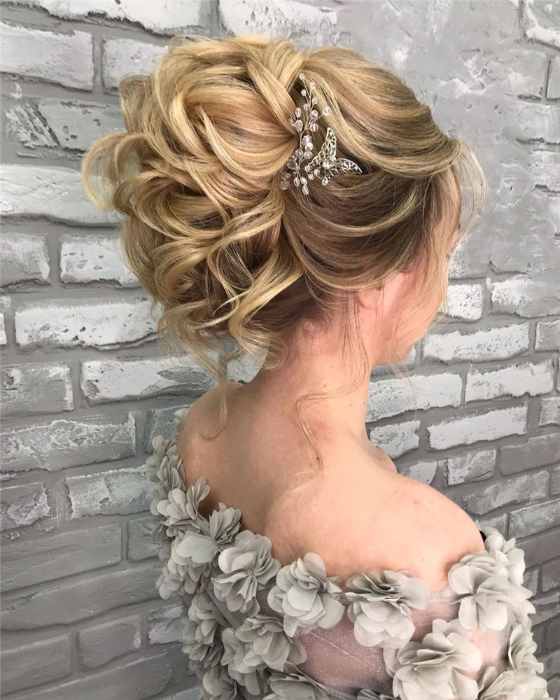 Fantastic Bridal Updos for 2020 Trends 32